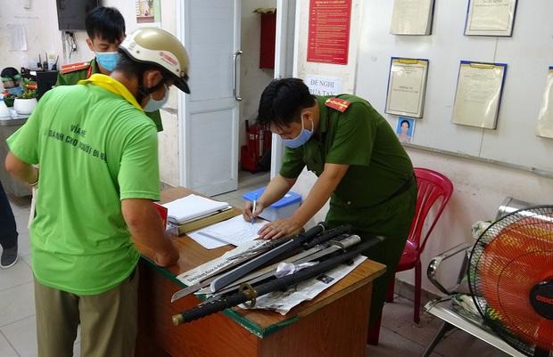 Người dân trung tâm Sài Gòn giao nộp vũ khí, vậy liệu nổ, công cụ hỗ trợ… được tặng gạo trong mùa Covid-19 - Ảnh 2.