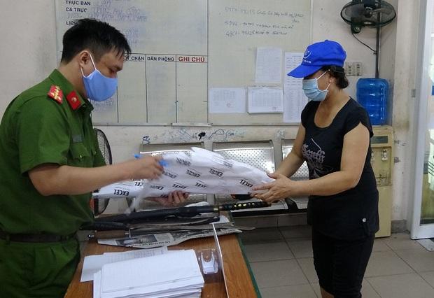 Người dân trung tâm Sài Gòn giao nộp vũ khí, vậy liệu nổ, công cụ hỗ trợ… được tặng gạo trong mùa Covid-19 - Ảnh 1.