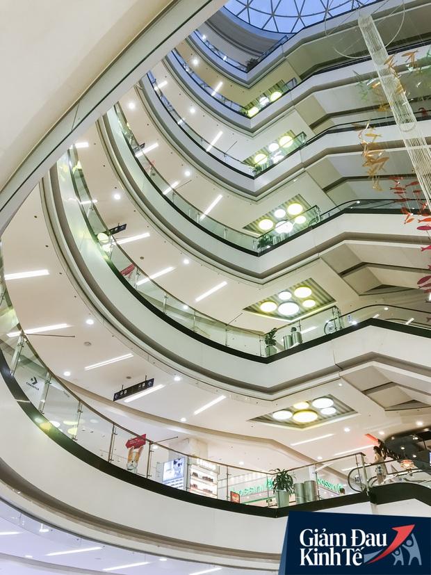 Cảnh tượng vắng chưa từng thấy tại loạt trung tâm thương mại đình đám nhất Sài Gòn, số người ra vào chỉ đếm trên đầu ngón tay - Ảnh 26.