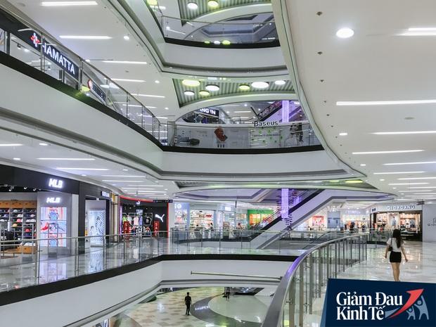 Cảnh tượng vắng chưa từng thấy tại loạt trung tâm thương mại đình đám nhất Sài Gòn, số người ra vào chỉ đếm trên đầu ngón tay - Ảnh 28.
