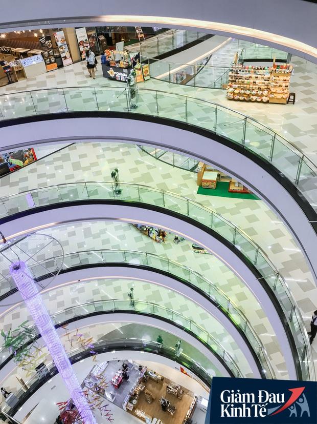 Cảnh tượng vắng chưa từng thấy tại loạt trung tâm thương mại đình đám nhất Sài Gòn, số người ra vào chỉ đếm trên đầu ngón tay - Ảnh 30.