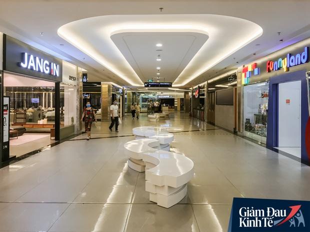 Cảnh tượng vắng chưa từng thấy tại loạt trung tâm thương mại đình đám nhất Sài Gòn, số người ra vào chỉ đếm trên đầu ngón tay - Ảnh 21.