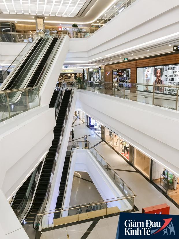 Cảnh tượng vắng chưa từng thấy tại loạt trung tâm thương mại đình đám nhất Sài Gòn, số người ra vào chỉ đếm trên đầu ngón tay - Ảnh 6.