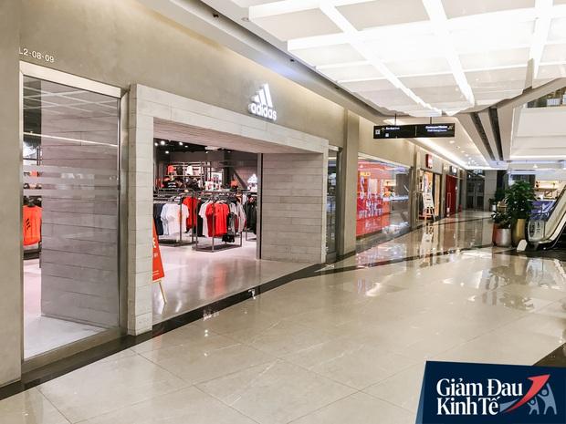 Cảnh tượng vắng chưa từng thấy tại loạt trung tâm thương mại đình đám nhất Sài Gòn, số người ra vào chỉ đếm trên đầu ngón tay - Ảnh 16.