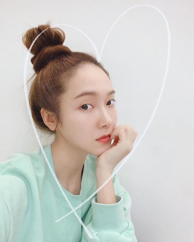 Chẳng cần cầu kỳ chi cho mệt, bạn cứ copy loạt kiểu tóc đơn giản nhưng max điểm thần thái này của sao Hàn là đảm bảo xinh - Ảnh 2.