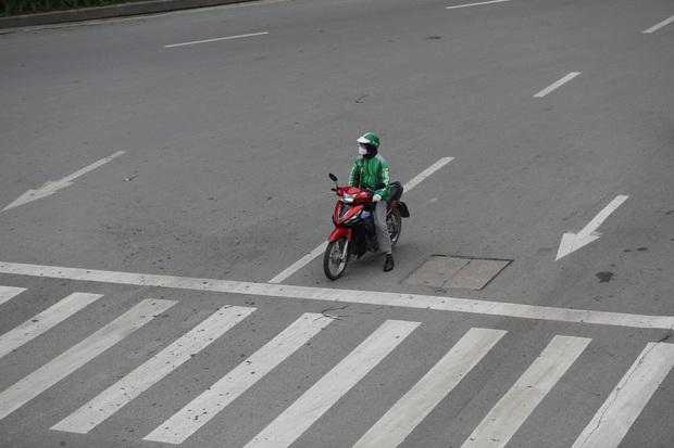 Chùm ảnh vất vả như các shipper mùa dịch: Co ro trong trời rét 19 độ, đội mưa chuyển hàng trên khắp đường phố Hà Nội - Ảnh 1.