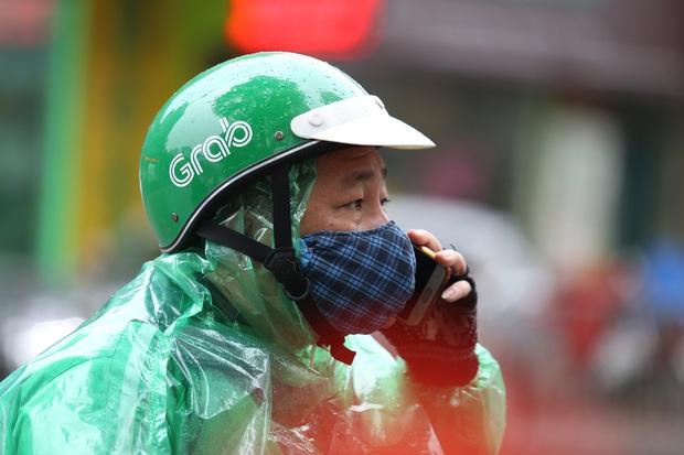Chùm ảnh vất vả như các shipper mùa dịch: Co ro trong trời rét 19 độ, đội mưa chuyển hàng trên khắp đường phố Hà Nội - Ảnh 5.