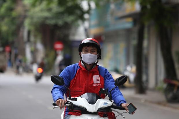 Chùm ảnh vất vả như các shipper mùa dịch: Co ro trong trời rét 19 độ, đội mưa chuyển hàng trên khắp đường phố Hà Nội - Ảnh 9.