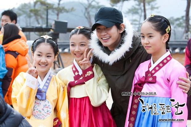 Bức ảnh gây bão hôm nay: 3 sao nhí Mặt trăng ôm mặt trời bé xíu bên Kim Soo Hyun nay lột xác, ra dáng mỹ nhân lắm rồi! - Ảnh 2.