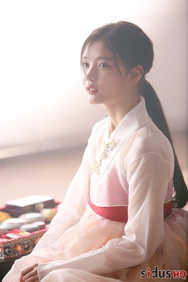 Bức ảnh gây bão hôm nay: 3 sao nhí Mặt trăng ôm mặt trời bé xíu bên Kim Soo Hyun nay lột xác, ra dáng mỹ nhân lắm rồi! - Ảnh 6.