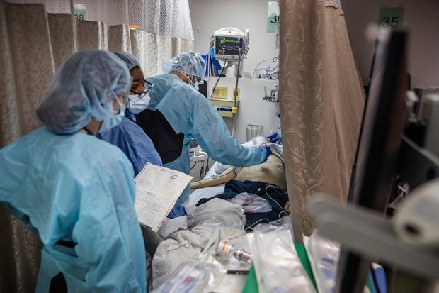 Bên trong phòng cấp cứu tại New York giữa đại dịch Covid-19: Mọi thứ chẳng khác gì thời chiến - Ảnh 2.