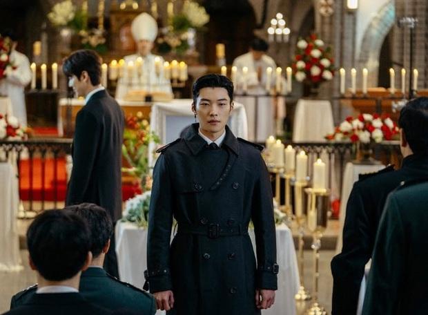 Lee Min Ho đi đám ma lại cười mỉm, cận vệ Woo Do Hwan đi hộ tống át vía cả hoàng đế ở loạt ảnh trước giờ G Quân Vương Bất Diệt - Ảnh 1.