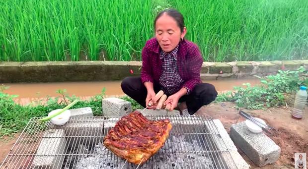 Bà Tân Vlog ra clip nướng tảng thịt lợn khổng lồ siêu cay, nhưng dân mạng lại kịch liệt chỉ ra điều chưa được này - Ảnh 1.