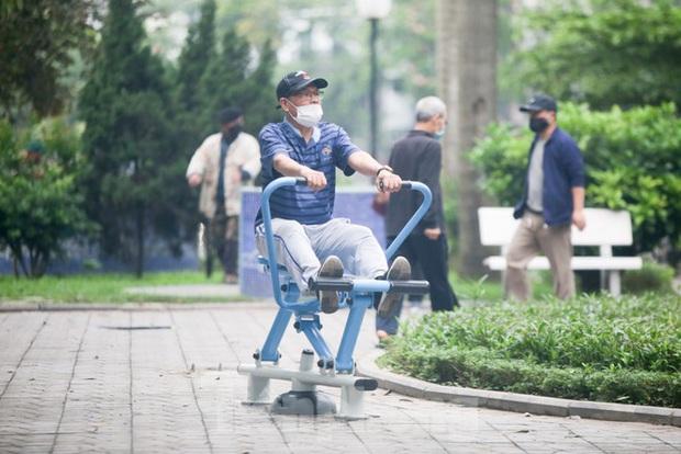 Người dân Hà Nội vẫn đổ ra hồ tập thể thao trong lúc cách ly toàn xã hội - Ảnh 2.