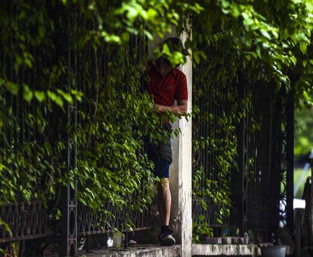 Người Hà Nội chui rào vào Công viên Thống Nhất tập thể dục, câu cá giữa dịch Covid-19 - Ảnh 11.