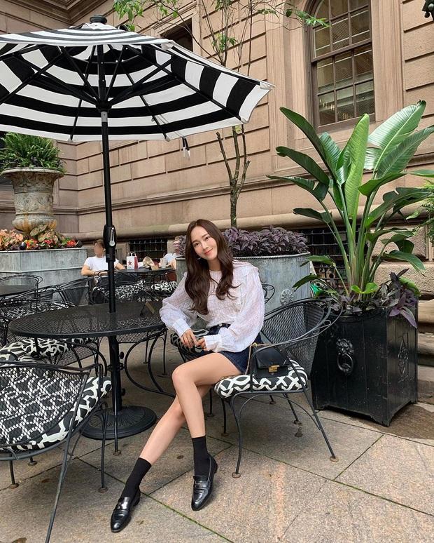 Jessica là fan cứng của áo blouse trắng và chỉ cần xem qua, chị em sẽ chấm được những kiểu đáng diện nhất - Ảnh 11.
