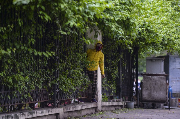 Người Hà Nội chui rào vào Công viên Thống Nhất tập thể dục, câu cá giữa dịch Covid-19 - Ảnh 12.