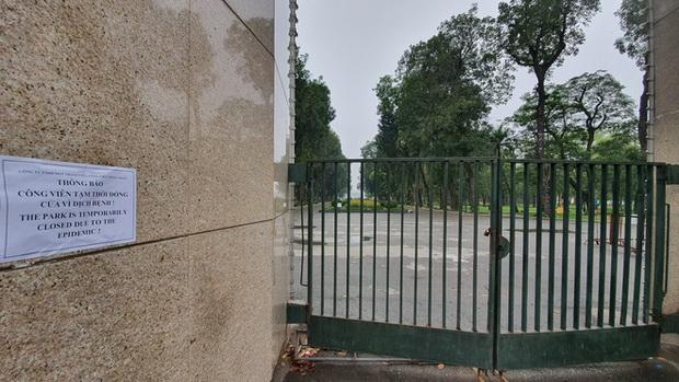 Người Hà Nội chui rào vào Công viên Thống Nhất tập thể dục, câu cá giữa dịch Covid-19 - Ảnh 15.