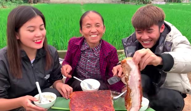 Bà Tân Vlog ra clip nướng tảng thịt lợn khổng lồ siêu cay, nhưng dân mạng lại kịch liệt chỉ ra điều chưa được này - Ảnh 3.