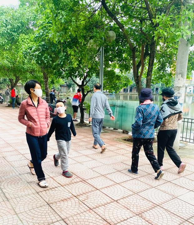 Người dân Hà Nội vẫn đổ ra hồ tập thể thao trong lúc cách ly toàn xã hội - Ảnh 3.