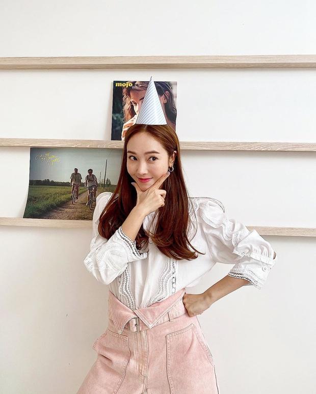 Jessica là fan cứng của áo blouse trắng và chỉ cần xem qua, chị em sẽ chấm được những kiểu đáng diện nhất - Ảnh 4.