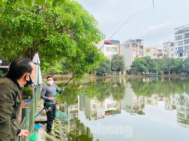 Người dân Hà Nội vẫn đổ ra hồ tập thể thao trong lúc cách ly toàn xã hội - Ảnh 4.