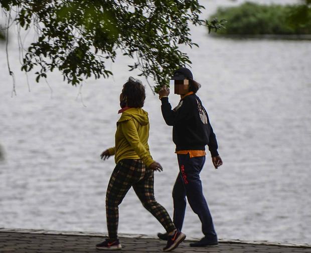 Người Hà Nội chui rào vào Công viên Thống Nhất tập thể dục, câu cá giữa dịch Covid-19 - Ảnh 6.