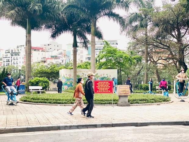 Người dân Hà Nội vẫn đổ ra hồ tập thể thao trong lúc cách ly toàn xã hội - Ảnh 6.
