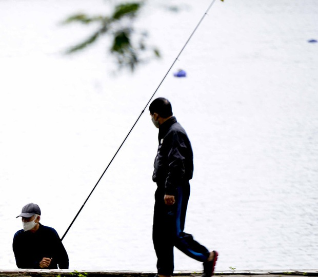 Người Hà Nội chui rào vào Công viên Thống Nhất tập thể dục, câu cá giữa dịch Covid-19 - Ảnh 7.