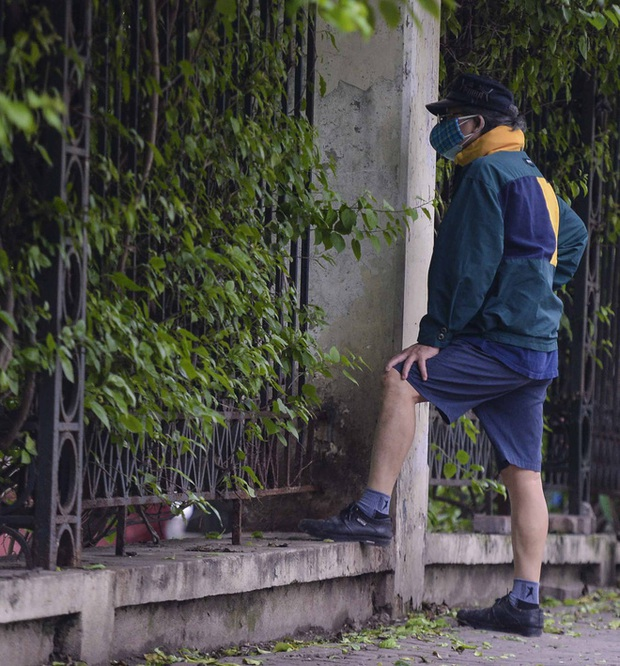 Người Hà Nội chui rào vào Công viên Thống Nhất tập thể dục, câu cá giữa dịch Covid-19 - Ảnh 8.