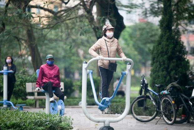 Người dân Hà Nội vẫn đổ ra hồ tập thể thao trong lúc cách ly toàn xã hội - Ảnh 8.