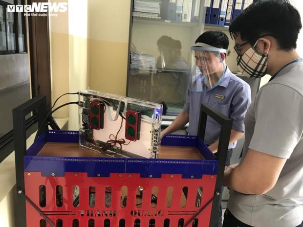 Đại học Tôn Đức Thắng chế tạo thành công 2 robot khử khuẩn chống dịch Covid-19 - Ảnh 1.