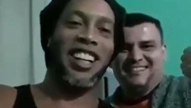 Huyền thoại Ronaldinho lần đầu chia sẻ trước ống kính kể từ ngày bị bỏ tù, gây chú ý bởi bộ râu cực lạ lẫm - Ảnh 2.