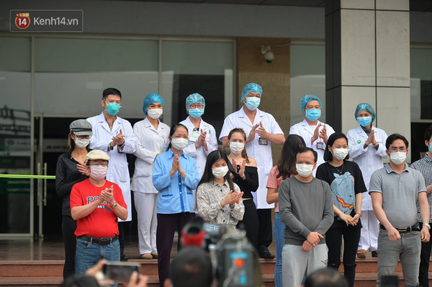 Ảnh: Bác sỹ Bệnh viện Nhiệt đới cùng 10 bệnh nhân khác được công bố khỏi bệnh Covid-19 - Ảnh 1.