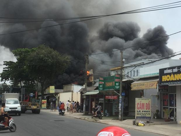 Cháy quán Karaoke ở Sài Gòn, nhiều người tụ tập đứng xem và livestream dù đang cao điểm chống dịch Covid-19 - Ảnh 1.