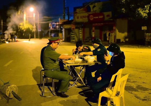 Ảnh: Cận cảnh chốt kiểm soát, phong tỏa thôn Hạ Lôi nơi bệnh nhân 243 sinh sống - Ảnh 11.