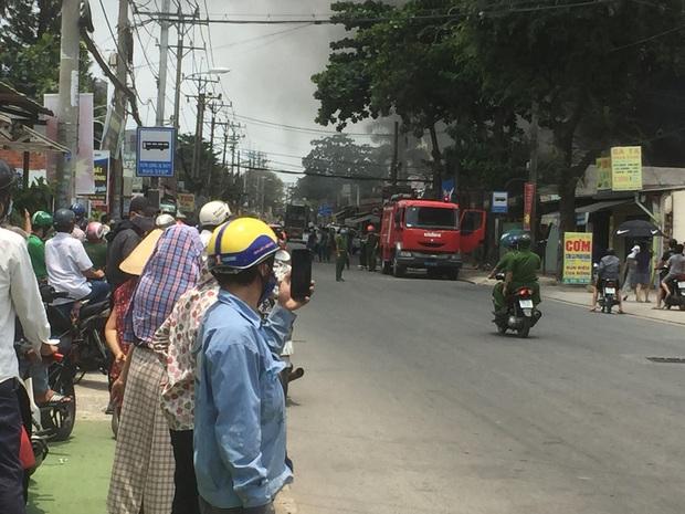 Cháy quán Karaoke ở Sài Gòn, nhiều người tụ tập đứng xem và livestream dù đang cao điểm chống dịch Covid-19 - Ảnh 3.