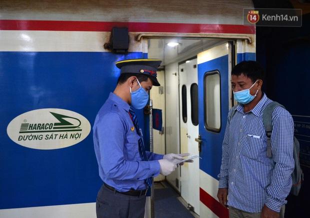 Hành khách mua vé ngồi được đổi miễn phí lên giường nằm trên đoàn tàu khách duy nhất còn chạy - Ảnh 8.