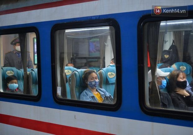 Hành khách mua vé ngồi được đổi miễn phí lên giường nằm trên đoàn tàu khách duy nhất còn chạy - Ảnh 13.