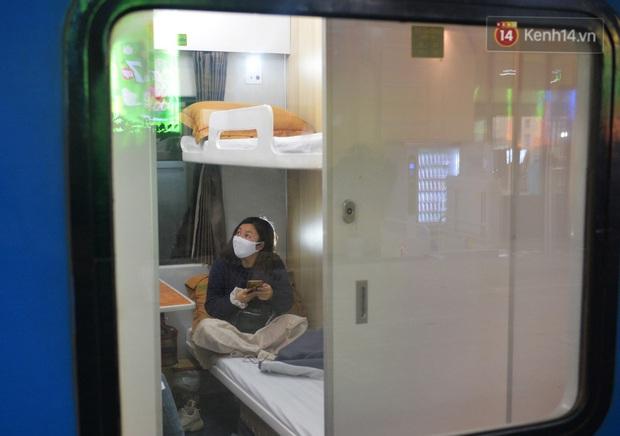 Hành khách mua vé ngồi được đổi miễn phí lên giường nằm trên đoàn tàu khách duy nhất còn chạy - Ảnh 10.