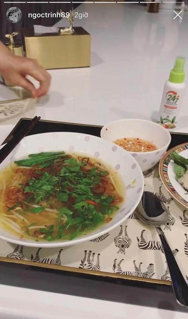 Lại giới thiệu thêm món cháo ếch nấu theo kiểu miền Tây trên Instagram, Ngọc Trinh ở nhà rảnh quá nên sắp làm food blogger luôn rồi! - Ảnh 4.