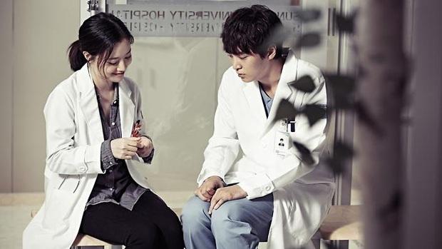 """7 """"chị đại"""" ngành y ngầu nhất phim Hàn: Park Shin Hye tay không quật côn đồ cũng chưa át vía được nữ chính Hospital Playlist - Ảnh 6."""