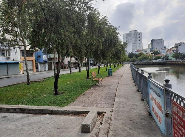 Cảnh sát xử phạt nhiều người tụ tập câu cá trên kênh Nhiêu Lộc ở Sài Gòn trong mùa dịch Covid-19 - Ảnh 2.