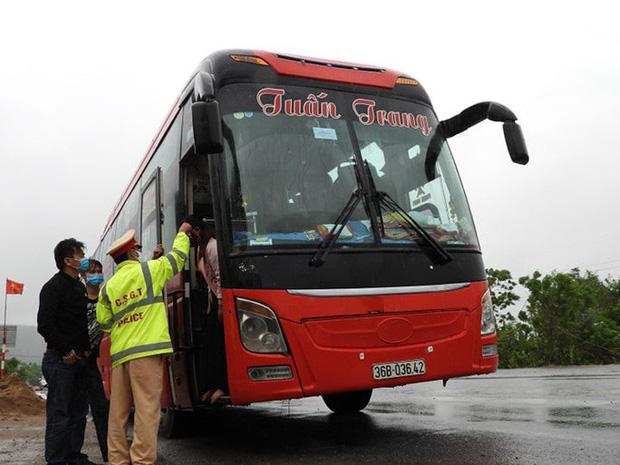 Bất chấp lệnh cấm, xe giường nằm vẫn chở khách từ Thanh Hóa vào TP HCM - Ảnh 1.