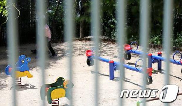 Trốn cách ly xuống sân đi dạo 6 phút, 2 mẹ con ở Hàn Quốc đối mặt với số tiền phạt gần 200 triệu đồng - Ảnh 1.
