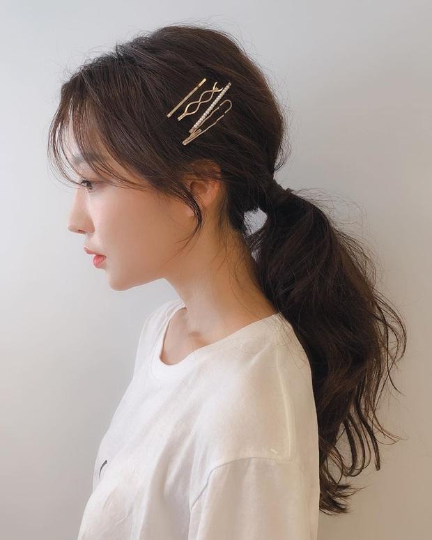 Ra là nhờ một thủ thuật, gái Hàn để kiểu tóc buộc thấp, búi thấp mới sang chảnh và cuốn hút đến vậy - Ảnh 1.