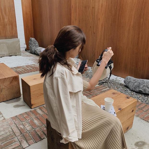 Ra là nhờ một thủ thuật, gái Hàn để kiểu tóc buộc thấp, búi thấp mới sang chảnh và cuốn hút đến vậy - Ảnh 2.