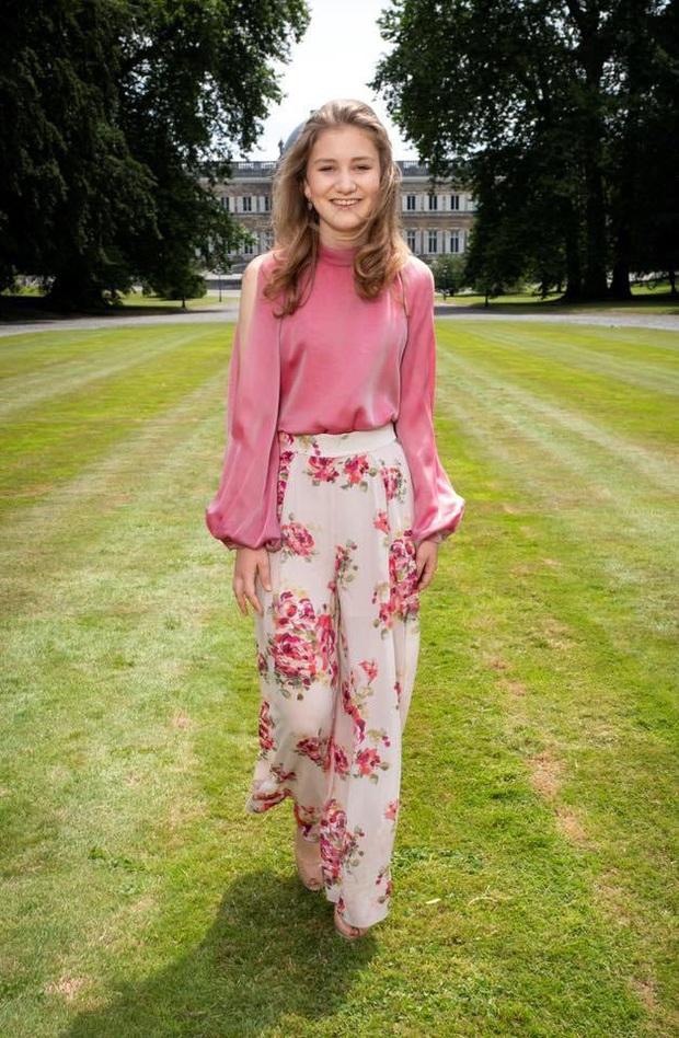 Công chúa vừa tròn 18 của Hoàng gia Bỉ: Xinh đẹp hiền hậu với gu thời trang thanh lịch đúng cốt cách Nữ hoàng tương lai - Ảnh 10.