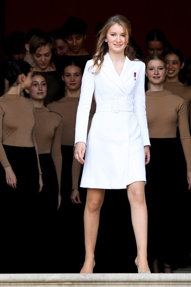 Công chúa vừa tròn 18 của Hoàng gia Bỉ: Xinh đẹp hiền hậu với gu thời trang thanh lịch đúng cốt cách Nữ hoàng tương lai - Ảnh 11.