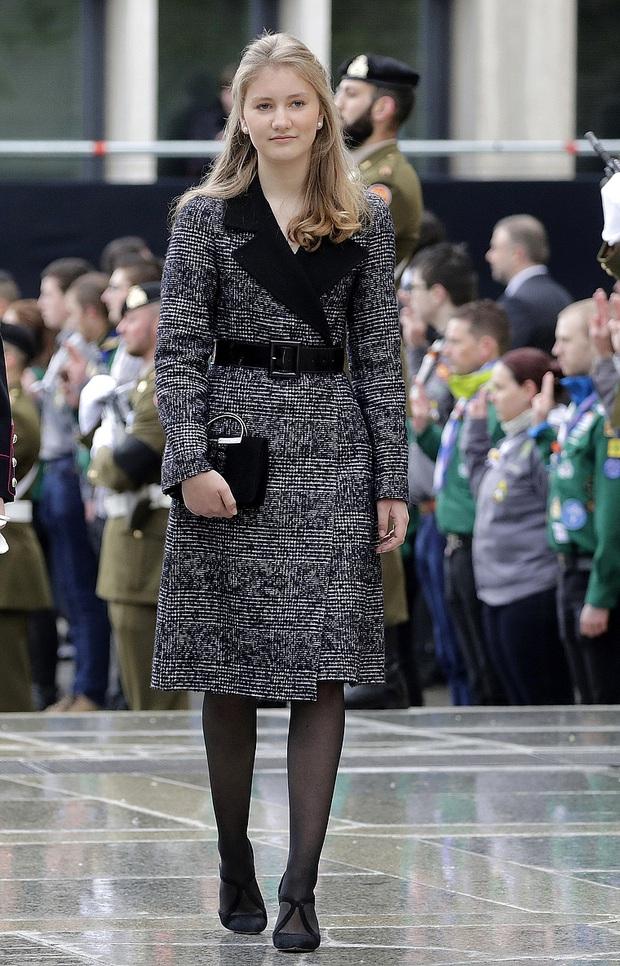 Công chúa vừa tròn 18 của Hoàng gia Bỉ: Xinh đẹp hiền hậu với gu thời trang thanh lịch đúng cốt cách Nữ hoàng tương lai - Ảnh 12.